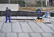 Nederland, Nijmegen, 5-3-2012Dakdekkers zijn bezig het dak van de nieuwe parkeergarage bij het station waterdicht te maken. De garage wordt afgedekt met een plantsoen dat voor de bouw deze singel ook sierde.Foto: Flip Franssen/Hollandse Hoogte