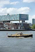Uitzicht op het kantoor van Unilever en een boot op de rivier Nieuwe Maas, Rotterdam, Zuid-Holland - View on the office of Unilver  and a boat on the river Nieuwe Maas, Rotterdam, Netherlands