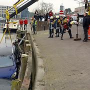 NLD/Huizen/200600203 - Auto te water, Havenstraat Huizen, takelbedrijf Dorresteijn takelt hem uit het water, brandweer, schade, total los, kade, wal,
