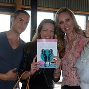 NLD/Amsterdam/20120718 - Boekpresentatie Regina Romeijn 'Vet man, zo'n baby!', eerste boek wordt door Regina Romeijn en Guy van der Reijden uitgereikt aan Mirjam Bouwman