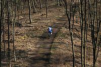 Podlasie. Pomimo trwajacej epidemii koronawirusa zycie na Podlasiu toczy sie wlasnym rytmem N/z rowerzysta na Wzgorzach Swietojanskich w Puszczy Knyszynskiej fot Michal Kosc / AGENCJA WSCHOD