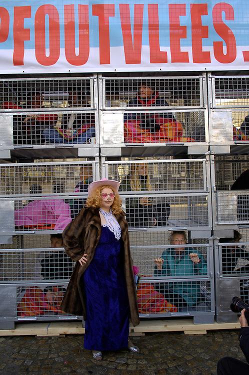 Nederland, Amsterdam, 29 nov 2006&#xA;Varkensflat op de Dam als protest tegen de bio-industrie.&#xA;Vandaag worden op de Dam in Amsterdam twintig aktievoerders en 5 bekende Nederlanders in kleine kooien opgesloten. Deze varkensflat symboliseert hoe de varkens en de kippen in de bio-industrie op elkaar gepropt zitten. Met de aktie wordt de nieuwe Twede Kamer gevraagd om te kiezen voor een veehouderij die dier- en milieuvriendelijk is.&#xA;Meer info: www.stopfoutvlees.nl&#xA;  Foto (c) Michiel Wijnbergh<br />