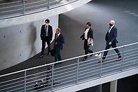 DEU, Deutschland, Germany, Berlin, 29.07.2020: Deutscher Bundestag, Sondersitzung des Finanzausschusses zum Skandal bei der Wirecard AG. Bundesfinanzminister Olaf Scholz (SPD) mit Personenschützern auf dem Weg zu seiner Anhörung im Ausschuss.