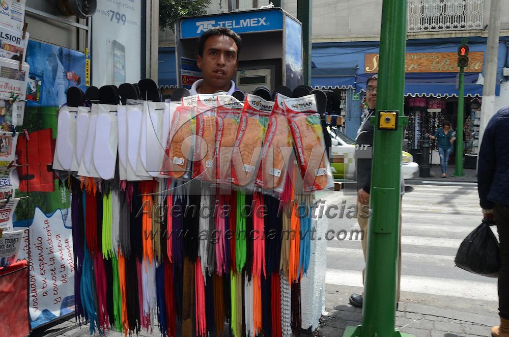 Toluca, México (Abril 15, 2016).- A pesar de que está prohibido porl bando muncipal, vendedores ambulantes continuan ofreciendo sus productos en el centro Histórico de Toluca. Agencia MVT / Arturo Hernández.