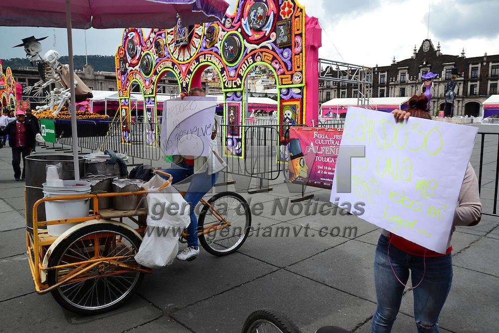 Toluca, Méx.- Tamaleros se manifestaron frente a Palacio Municipal exigiendo que los inspectores los dejen de acosar y poder trabajar en las calles de Toluca. Agencia MVT / Crisanta Espinosa