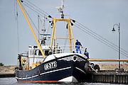 Nederland, Urk, 25-8-2011De bemanning van een vissersschip zijn bezig met werkzaamheden op de boot.Foto: Flip Franssen/Hollandse Hoogte