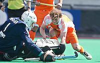 ROTTERDAM - HOCKEY -  Roel Bovendeert tijdens de oefenwedstrijd tussen de mannen van Nederland en Engeland (2-1) . FOTO KOEN SUYK