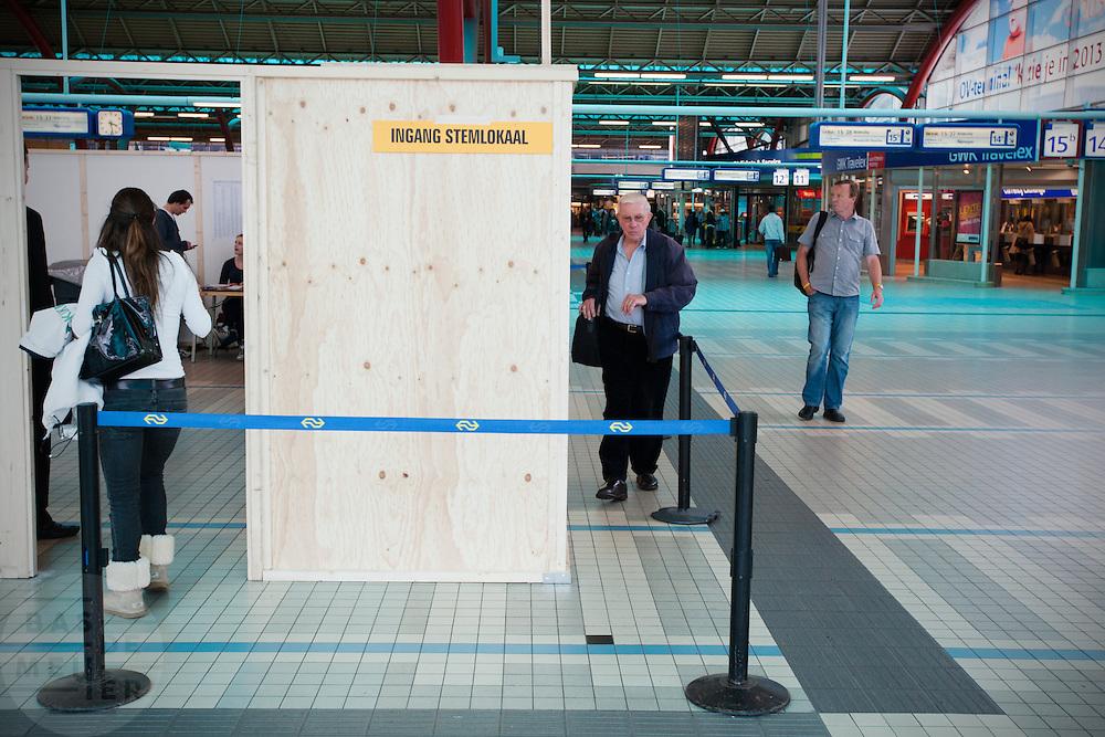 Stemlokaal op Utrecht CS. Voor het eerst is het ook mogelijk om op een station je stem uit te brengen