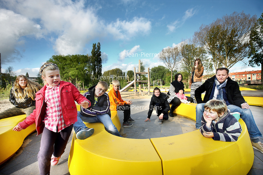 Nederland, Krommenie , 22 mei 2013..Het grote samengestelde gezin van Cindy van Dijk en Dennis en hun 8 kinderen..Foto:Jean-Pierre Jans