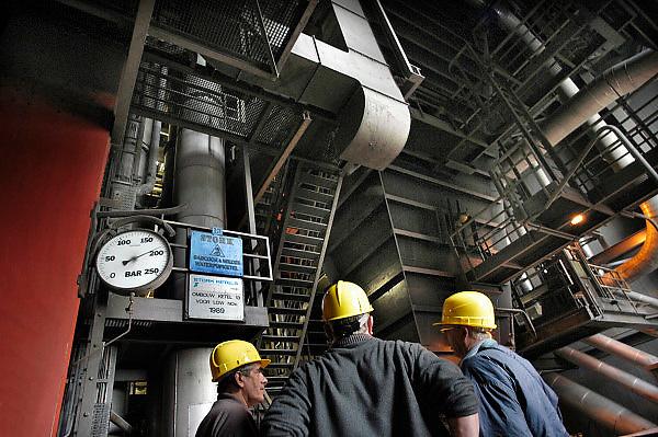 Nederland, Nijmegen, 28-1-2010Interieur van de elektricitietscentrale van Electrabel. Drie werknemers staan bij een ketel. Het is een waterpijpketel van Stork en omgebouwd voor low nox in 1989.Foto: Flip Franssen/Hollandse HoogteFoto: Flip Franssen/Hollandse Hoogte