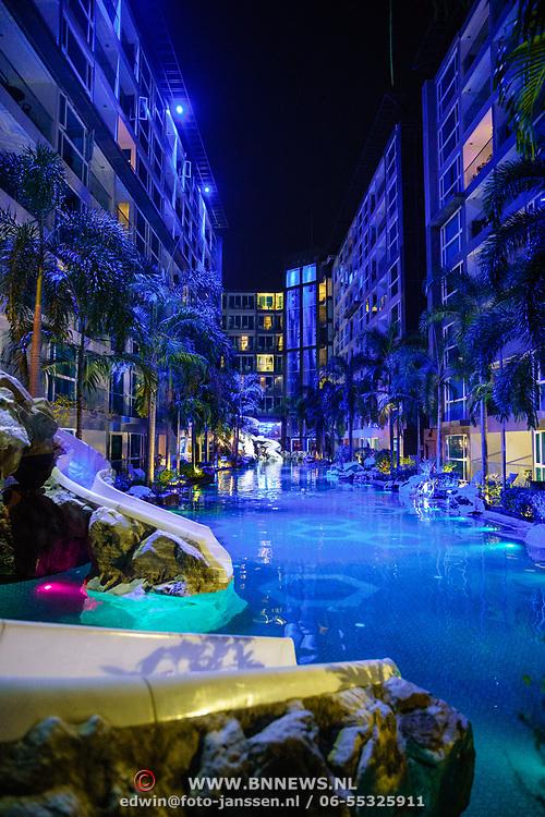 THA/Pattaya/20180722 - Vakantie Thailand 2018, zwemabad in de avond met glijbaan