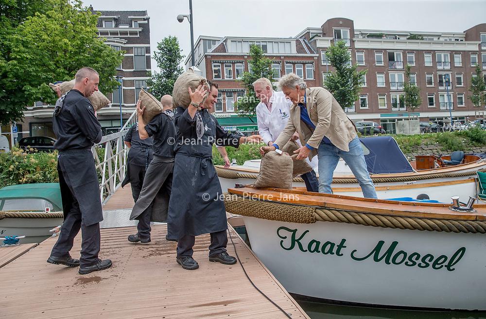 Nederland, Rotterdam , 28 juni 2017.<br /> Goes/Colijnsplaat/ Rotterdam, 26 juni 2017 - Het nieuwe Zeker Zeeuws mosselseizoen gaat woensdag 28 juni van start met de feestelijke overhandiging en aansluitende proeverij van de eerste baal bodemcultuurmosselen met dit streekproduct-keurmerk bij visrestaurant Kaat Mossel in Rotterdam.<br /> Het is voor de tweede keer dat de Stichting Zeker Zeeuws® Streekproduct samen met erkende mosselleveranciers Koninklijke Schmidt Zeevis en Adri & Zoon een traditionele opening van het mosselseizoen organiseert, vergelijkbaar met het eerste haringvaatje en de eerste Oosterscheldekreeft.<br /> De Zeker Zeeuws mosselen groeien vlakbij de grens met de Noordzee, aan het begin van de Oosterschelde, voor het eiland Neeltje Jans. Deze mosselen worden gevoed met water uit de Oosterschelde; het schoonste en lekkerste zilte water van Nederland, waar de mossel zijn unieke smaak door krijgt. Daarom worden ze gerekend tot de Grand Cru onder de mosselen.<br /> <br /> Foto: Jean-Pierre Jans<br /> <br /> The Netherlands, Rotterdam, June 28, 2017.<br /> Goes / Colijnsplaat / Rotterdam, June 26, 2017 - The new Zeker Zeeuws mussel season starts Wednesday 28th June with the festive handover and subsequent tasting of the first bale soil culture mussels with this regional product mark at the fish restaurant Kaat Mossel in Rotterdam.It is the second time that the Stichting Zeker Zeeuws® Regional Product, together with recognized mussel suppliers Royal Schmidt Zeevis and Adri & Zoon, organizes a traditional opening of the mussel season, similar to the first herring dish and the first Oosterschelde lobster.The Zealand mussels grow near the border with the North Sea, at the beginning of the Oosterschelde, before the island of Neeltje Jans. These mussels are fed with water from the Oosterschelde; The cleanest and most delicious water in the Netherlands, where the mussel is given its unique taste. Therefore, they are counted as the Grand Cru among the mussels.<br
