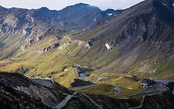 THEMENBILD - Serpentinen und Kehren der Strasse in der Berglandschaft. Die Grossglockner Hochalpenstrasse verbindet die beiden Bundeslaender Salzburg und Kaernten mit einer Laenge von 48 Kilometer und ist als Erlebnisstrasse vorrangig von touristischer Bedeutung, aufgenommen am 06. August 2018 in Fusch an der Glocknerstrasse, Österreich // Serpentines and bends of the road in the mountain landscape. The Grossglockner High Alpine Road connects the two provinces of Salzburg and Carinthia with a length of 48 km and is as an adventure road priority of tourist interest, Fusch an der Glocknerstrasse, Austria on 2018/08/06. EXPA Pictures © 2018, PhotoCredit: EXPA/ JFK