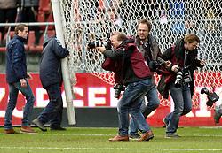 13-12-2015 NED: FC Utrecht - AFC Ajax, Utrecht<br /> Utrecht verslaat Ajax opnieuw in de Galgenwaard 1-0 / Pers fotografen, Pim, Rene, Kay rennen voor Yassin Ayoub #6