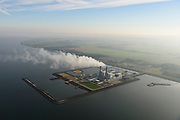 Nederland, Flevoland, Lelystad, 04-11-2018; Maximacentrale (voorheen Flevocentrale) van Engie Nederland, op een eigen kunstmatig aangelegd eiland in het IJsselmeer. Twee nieuwe stoom- en gaseenheden (STEG) met aardgas als brandstof, relatief schoon en met hoog-rendement.<br /> Naast de centrale het nieuw aangelegde zonnepark met zonnecollectoren, op de plaats van de oude centrale.<br /> Maxima power plant (formerly Flevocentrale) of Electrabel, on its own artificial island in the IJsselmeer. Two new steam and gas units (CCGT) with natural gas as fuel, relatively clean and high-efficiency (combined cycle units).<br /> Next to the power plant, the newly constructed solar park, on the site of the old power plant.<br /> <br /> luchtfoto (toeslag op standaard tarieven);<br /> aerial photo (additional fee required);<br /> copyright© foto/photo Siebe Swart