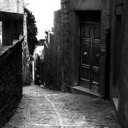 Erice a 750 metri sul monte omonimo, offre una vista spettacolare sulla città di Trapani e le Isole Egadi a nord ovest della costa siciliana   .Vicolo storico di Erice..Erice is located on top of Mount Erice, at around 750m above sea level, overlooking the city of Trapani and the Aegadian Islands on Sicily's north-western coast, providing spectacular views..An historic alley in Erice