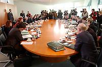 26 FEB 2003, BERLIN/GERMANY:<br /> Uebersicht Kabinettstisch mit Journalisten vor Beginn der Kabinettsitzung, Bundeskanzleramt<br /> IMAGE: 20030226-01-018<br /> KEYWORDS: Kabinett, Sitzung, Tisch, Kamera, Camera, Fotografen, photographers, Übersicht, Kabinettssaal