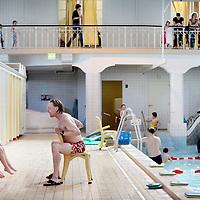 Nederland, Amsterdam , 6 april 2011.Zwemles in Zuiderbad. .De zwemmeester geeft uitleg aan een groep meisjes..Binnenkort is identificatie verplicht om gebruik te maken van een zembad..Foto:Jean-Pierre Jans