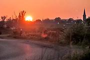 Nederland, Nijmegen, 2-5-2020  Ondergaande zon vanuit de Ooijpolder richting Lent aan de overkant van de rivier de Waal . Foto: Flip Franssen