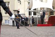 Officieel bezoek van Zijne Excellentie Major-General Michael Jeffery, Governeur-generaal van het Gemenebest van Australië en zijn echtgenote Hare Excellentie mevrouw Marlena Jeffery aan Nederland. Op de foto Welkomstceremonie bij Paleis Noordeinde met Koningin Beatrix<br /> <br /> Official visit of Major-General Michael Jeffrey , govener of Australia to the Netherlands. On the photo;Welcome comite at Palace Noordeinde in The Hague with Queen Beatrix