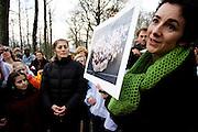 """Femke Halsema biedt de asielzoekende familie Masaieva in het asielzoekcentrum in Apeldoorn een Valentijnskaart met de tekst """"Wees Welkom!"""" aan.<br /> <br /> Femke Halsema is presenting a Valentine's card to the asylum seekers family Masaieva in Apeldoorn"""
