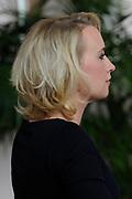 Prinses Máxima neemt het fotoboek Een wereld zonder baarmoederhalskanker in ontvangst tijdens de presentatie in het Leids Universitair Medisch Centrum.<br /> <br /> Princess Maxima received the photobook  A world without cervical cancer  during the presentation at the Leiden University Medical Center.<br /> <br /> Op de foto/On the photo: <br /> <br />  Eva Jinek