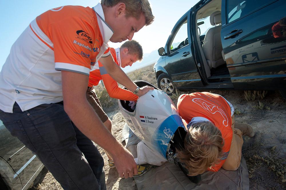 Het technisch team van het Human Power Team Delft en Amsterdam repareert de aandrijving van de VeloX3. Het team, bestaande uit studenten van de TU Delft en de VU Amsterdam wil het record breken van 133 km/h. In Battle Mountain (Nevada) wordt ieder jaar de World Human Powered Speed Challenge gehouden. Tijdens deze wedstrijd wordt geprobeerd zo hard mogelijk te fietsen op pure menskracht. Ze halen snelheden tot 133 km/h. De deelnemers bestaan zowel uit teams van universiteiten als uit hobbyisten. Met de gestroomlijnde fietsen willen ze laten zien wat mogelijk is met menskracht. De speciale ligfietsen kunnen gezien worden als de Formule 1 van het fietsen. De kennis die wordt opgedaan wordt ook gebruikt om duurzaam vervoer verder te ontwikkelen.<br /> <br /> The technicians of the Human Power Team Delft and Amsterdam works on the drive train of the VeloX3. The team, with students of the TU Delft and de VU Amsterdam, wants to set a  new world record. In Battle Mountain (Nevada) each year the World Human Powered Speed Challenge is held. During this race they try to ride on pure manpower as hard as possible. Speeds up to 133 km/h are reached. The participants consist of both teams from universities and from hobbyists. With the sleek bikes they want to show what is possible with human power. The special recumbent bicycles can be seen as the Formula 1 of the bicycle. The knowledge gained is also used to develop sustainable transport.