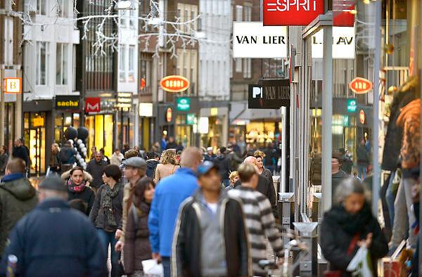 Nederland, Nijmegen, 29-11-2015Koopzondag Broerstraat. Drukte in het centrum. Winkelstraat in Nijmegen. architectuur,wederopbouw. Sinterklaasinkopen, kerstinkopen, feestdagenFOTO: FLIP FRANSSEN/ HH