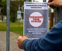 AMSTERDAM - Hockeyclub Westerpark. Voor veel hockeyjeugd betekende woensdag 29 april een bevrijding. Eindelijk mocht er voorzichtig weer gehockeyd worden, na een gedwongen stop vanwege het coronavirus. Verboden voor ouders.    COPYRIGHT KOEN SUYK