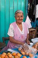 Oaxaca,mercato cittadino. Una anziana venditrice di frutta e verdura.