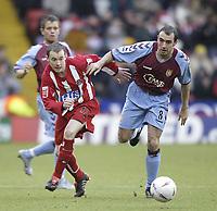 Fotball<br /> FA Cup England 2004/2005<br /> 3. runde<br /> 08.01.2005<br /> Foto: SBI/Digitalsport<br /> NORWAY ONLY<br /> <br /> Sheffield United v Aston Villa<br /> <br /> Sheffield's Alan Quinn and Villa's Gavin McCann battle for possesion