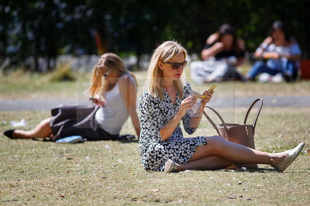 © Licensed to London News Pictures. 15/08/2016. London, UK. People take their lunch breaks and enjoy hot weather in Regent's Park, London on Monday, 15 August 2016. Photo credit: Tolga Akmen/LNP