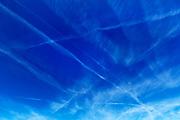 Nederland, Nijmegen, 5-10-2018Strepen, condensatie, van vliegtuigen in de blauwe lucht. Vliegverkeer, veiligheid, milieu, vakantie, vliegvakantie, mobiliteit, luchtvaartFoto: Flip Franssen