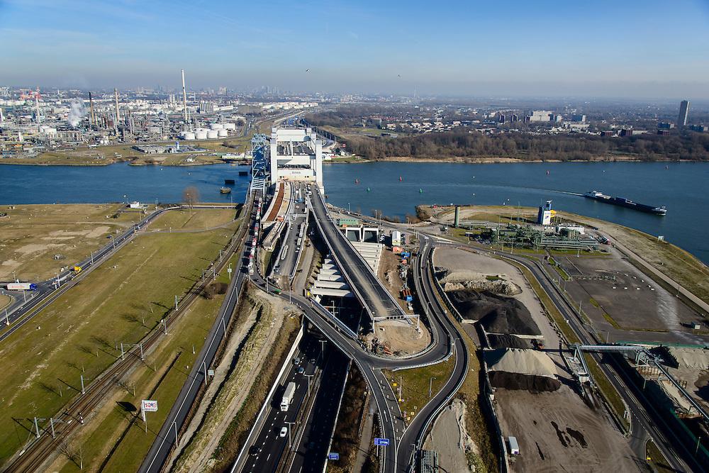 Nederland, Zuid-Holland, Rotterdam, 18-02-2015; westelijk toerit Botlektunnel onder de Oude Maas, gezien naar de nieuwe Botlekbrug  (in aanbouw). Links van de nieuwe brug de oude hefbrug die een file van vrachtverkeer veroorzaakt.<br /> Eastern entrance Botlektunnel under the Old Meuse and the new Botlek bridge (under construction). <br /> luchtfoto (toeslag op standard tarieven);<br /> aerial photo (additional fee required);<br /> copyright foto/photo Siebe Swart