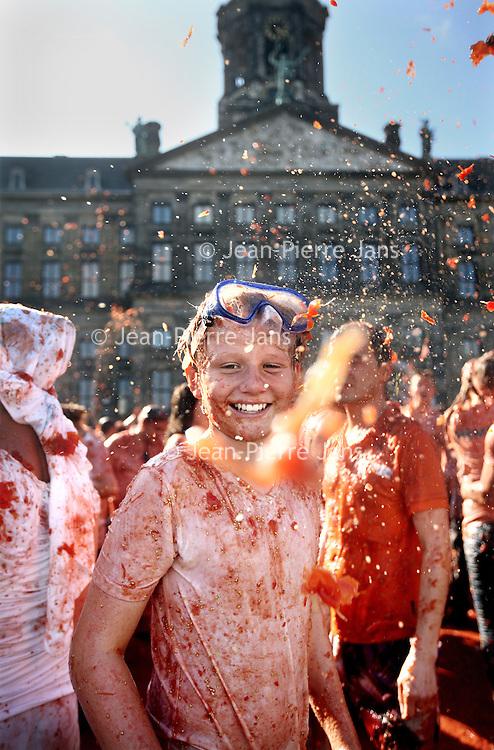 Nederland, Amsterdam , 14 september 2014.<br /> HET TOMATENGEVECHT OP DE DAM! Zondag 15:00! Complete gekte voor het goede doel: de Hollandse groente- en fruittelers te steunen tijdens de import-boycot!<br /> Zondag 14 september vindt op de Dam in Amsterdam Tomatofest plaats, de Nederlandse versie van La Tomatina. Dit belooft een spetterend tomatengevecht te worden. Het begint om 15.00 uur en duurt ongeveer een uur.<br /> Op de foto: Marnix?<br /> Tomato Fight on the Dam in Amsterdam. The fight is organized in solidarity for the vegetable growers who are boycotted by Russia.