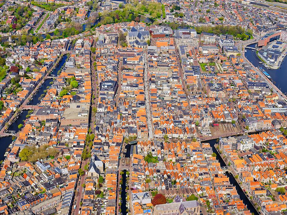 Nederland, Noord-Holland, Alkmaar, 07-05-2021; binnenstad Alkmaar met Waagplein, Water van Luttik Oudorp (echts) en tot aan Waagplein Verdronkenoord. De straat links De Laat en de Oudegracht. In het midden de Langestraat (winkelstraat) richting Grote Sint-Laurenskerk.<br /> Downtown Alkmaar with Waagplein, Water from Luttik Oudorp (right) and up to Waagplein Verdronkenoord. The street on the left is De Laat and the Oudegracht. In the middle the Langestraat (shopping street) towards Grote Sint-Laurenskerk.<br /> <br /> City center of Alkmaar with the Sint Laurentiuskerk / Alkmaarse Cuyperskerk in the foreground.<br /> Water from Luttik Oudorp to Waagplein. To the left of the church water of Verdronkenoord.<br /> luchtfoto (toeslag op standaard tarieven);<br /> aerial photo (additional fee required)<br /> copyright © 2021 foto/photo Siebe Swart