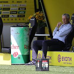 BVB Trainer Lucien FAVRE vor dem Spiel auf der Bank, links der Blumenstrauß für GÖTZE<br /> <br /> firo, Sport: Fussball: 1. Bundesliga: Saison 2019/2020, 27.06.2020,34. Spieltag,<br /> BVB, Borussia Dortmund - TSG Hoffenheim<br /> <br /> Foto: Ralf Ibing / firosportphoto / POOL/PIX-Sportfotos<br /> <br /> Nur für journalistische Zwecke! Only for editorial use! <br /> <br /> <br /> Foto © PIX-Sportfotos *** Foto ist honorarpflichtig! *** Auf Anfrage in hoeherer Qualitaet/Aufloesung. Belegexemplar erbeten. Veroeffentlichung ausschliesslich fuer journalistisch-publizistische Zwecke. For editorial use only. DFL regulations prohibit any use of photographs as image sequences and/or quasi-video.