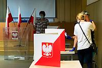 Bialystok, 28.06.2020. Wybory prezydenckie 2020. N/z glosowanie w OKW nr 82; wyborcy robia sobie selfie przy glosowaniu fot Michal Kosc / AGENCJA WSCHOD