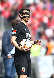 02.04.2016, Coface Arena, Mainz, GER, 1. FBL, 1. FSV Mainz 05 vs FC Augsburg, 28. Runde, im Bild Markus Feulner (FC Augsburg) mit Maske // during the German Bundesliga 28th round match between 1. FSV Mainz 05 and FC Augsburg at the Coface Arena in Mainz, Germany on 2016/04/02. EXPA Pictures © 2016, PhotoCredit: EXPA/ Eibner-Pressefoto/ Neis<br /> <br /> *****ATTENTION - OUT of GER*****