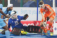 RAIPUR (India) .  goalie Pirmin Blaak (Ned) en Hidde Turkstra (Ned) werken de bal weg    tijdens de wedstrijd om de derde plaats  tussen  de mannen van Nederland en India  in de finaleronde van het  Hockey World League .     ANP KOEN SUYK