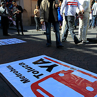 Toluca, México.- Jóvenes integrantes del movimiento ¿Metrobús Toluca Ya?, realizan la colecta de firmas con los ciudadanos, para que no se de el aumento a la tarifa del transporte público, y se pide se lleve a cabo la construcción y operación de un sistema de transporte intensivo. Agencia MVT / Crisanta Espinosa