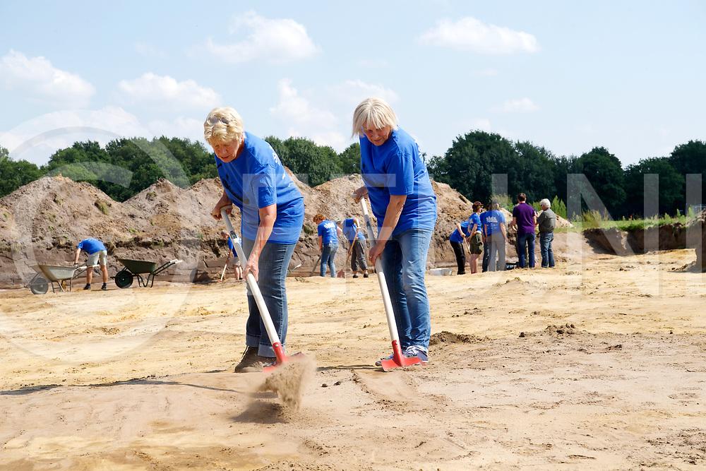 DALFSEN -Archeologisch onderzoek<br /> Foto:  Zwaan Beijk (l) uit Zuidveen en Minie Peters uit Uffelte leggen een weg bloot.<br /> FFU Press Agency copyright Frank Uijlenbroek