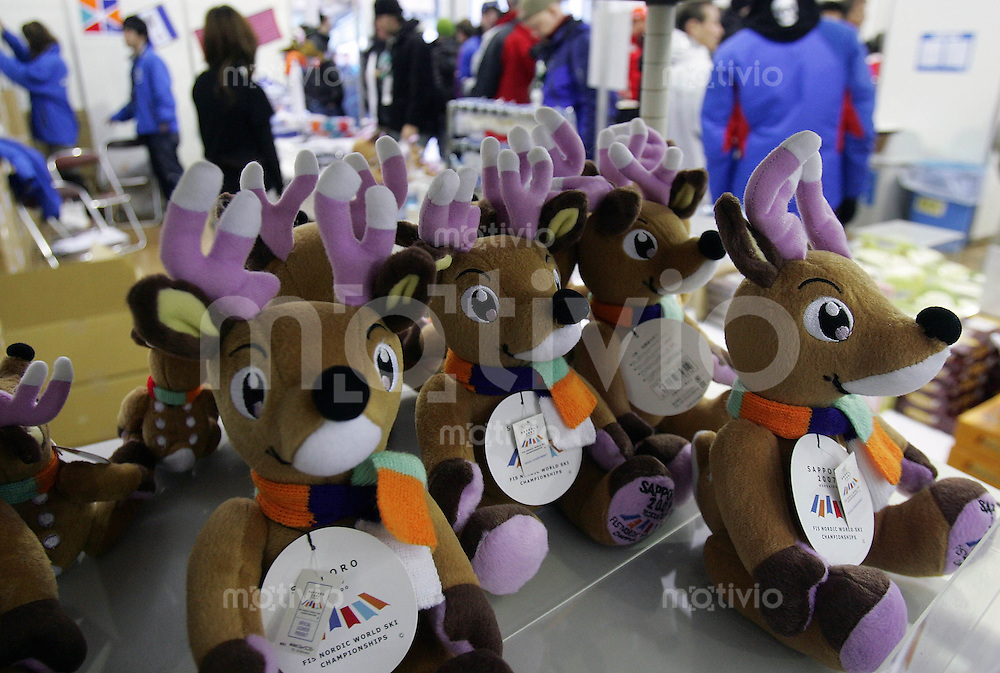 Sapporo , 260207 , Nordische Ski Weltmeisterschaft  Nordische Kombination Teamwettbewerb ,  Merchandising - stand fuer die Nordische Ski - Weltmeisterschaft