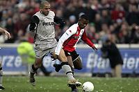 Fotball<br /> Nederland 2004/05<br /> Feyenoord v PSV<br /> 12. desember 2004<br /> Foto: Digitalsport<br /> NORWAY ONLY<br /> salomon kalou in duel met alex