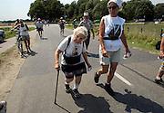 Nederland, Nijmegen, 16-7-2003<br /> Lopen, wandelen in de hitte van de tweede dag van de vierdaagse, De Noorse mevr. Carlsen is 85 en loopt voor de 15e keer. 4daagse, 4-daagse, wandelmars, wandelsport,afzien, ouderen<br /> Foto: Flip Franssen/Hollandse Hoogte