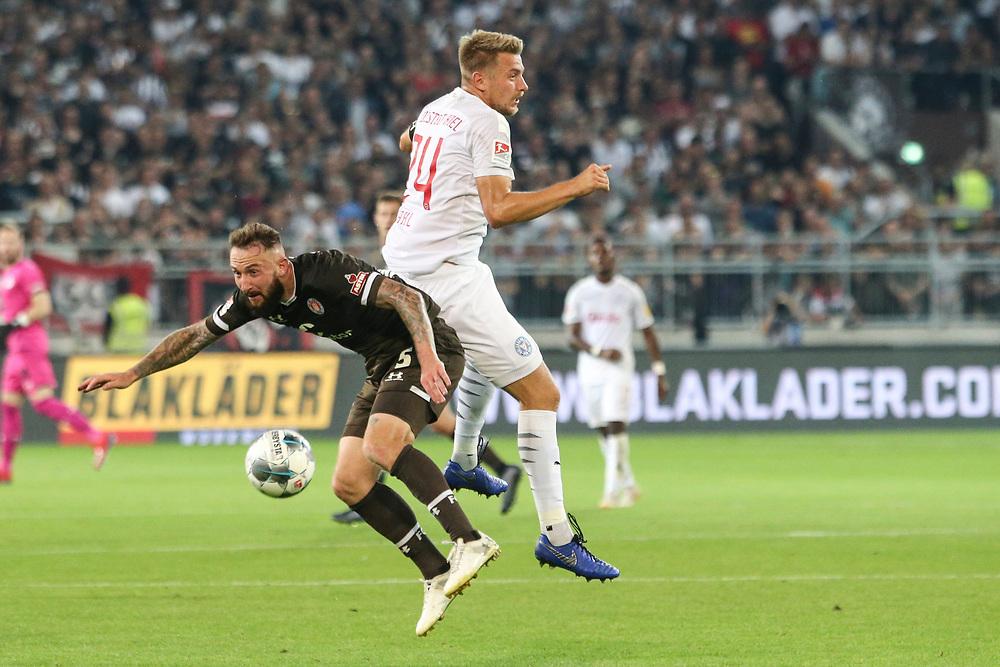 Fussball: 2. Bundesliga, FC St. Pauli - Holstein Kiel 2:1, Hamburg, 26.08.2019<br /> Marvin Knoll (Pauli, l.) - Hauke Wahl (Kiel)<br /> © Torsten Helmke
