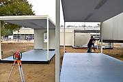 Nederland, the Netherlands, Nijmegen, 21-10-2015Kamp, tentenkamp Heumensoord, de tijdelijke noodopvang, azc, van het COA. In totaal kom en er 3000 asielzoekers, mensen. Op het kamp wordt nog volop gewerkt aan de laatste tenten, alsmede aan de infrastructuur voor elektra, afvoer en water. Ook wordt er een schooltje opgezet voor onderwijs aan de kinderen.FOTO: FLIP FRANSSEN