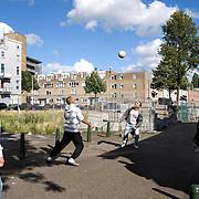 Nederland Rotterdam 20 juli 2008 20080720 Foto: David Rozing .Serie achterstandswijk Afrikaanderwijk. Jongeren voetballen op straat met op de achtergrond braakliggend terrein. ..Foto David Rozing