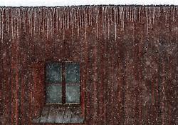 THEMENBILD - Eiszapfen an einer Dachrinne eines Holzhauses, aufgenommen am 3. Februar 2018 in Kaprun, Österreich // Icicles on a roof gutter of a wooden house in Kaprun, Austria on 2018/02/03. EXPA Pictures © 2018, PhotoCredit: EXPA/ JFK