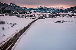 THEMENBILD - Fahrzeuge auf einer Bundesstrasse mit den Tiroler Bergen, aufgenommen am 30. Januar 2019 in Ellmau, Oesterreich // Vehicles on a road with Mountains in Ellmau, Austria on 2019/01/30. EXPA Pictures © 2019, PhotoCredit: EXPA/ JFK